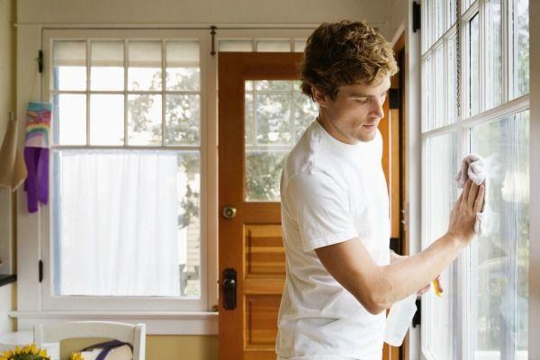 homem-limpando-casa