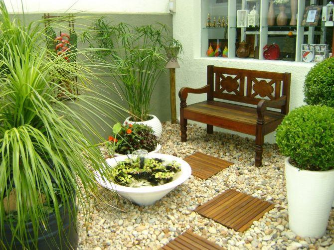 Jardim de inverno com bancos, cadeiras e mesas