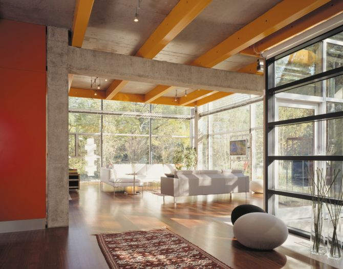 Teto de concreto aparente com vigas coloridas dão um charme ao ambiente