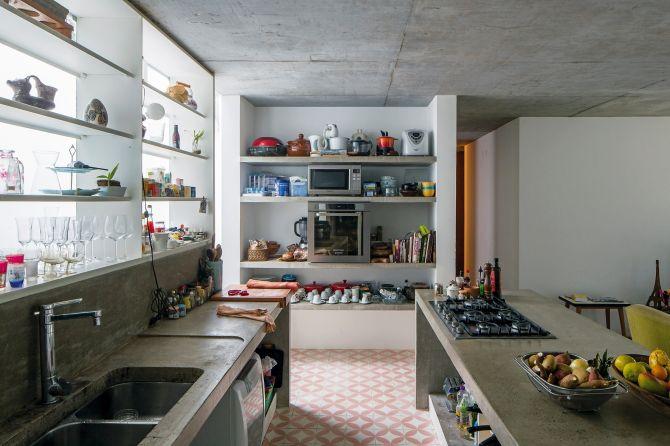 Substituir os tradicionais móveis de cozinha por balções, ilhas e mesas de concreto é uma boa opção para sua reforma