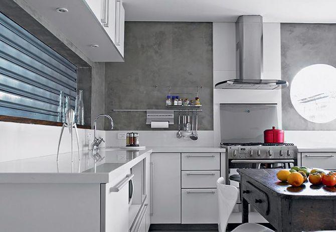 Concreto aparente e móveis brancos deixam o ambiente clean e moderno