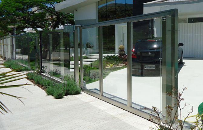 O portão de vidro deixa a casa com um aspecto moderno