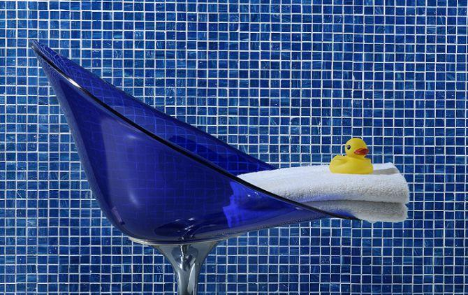 Pastilhas adesivas azuis em banheiro